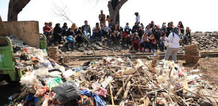 Bersama Komunitas, Mahasiswa Teknik Lingkungan Punguti Sampah di Pantai Nambangan